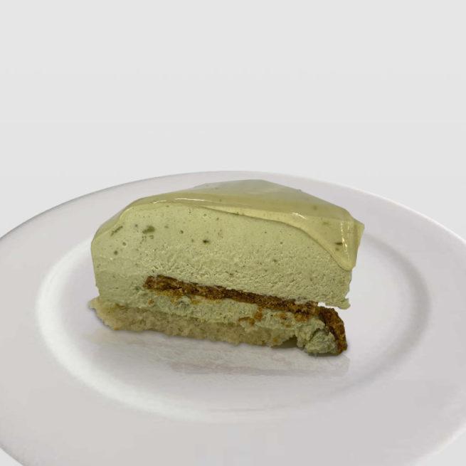 Tarta de Mousse Semifrío de Frambuesas con Corazón Crujiente de Pistachos Tostados