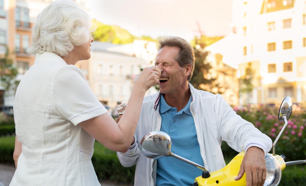 Pareja bromeando comiendo helado san Telesforo